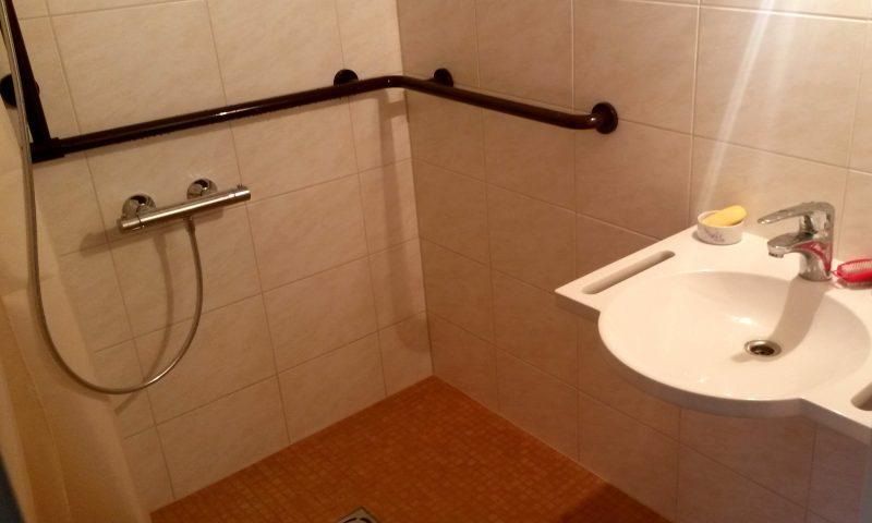 Förderaktion für altersgerechten Wohnungsumbau barrierefreies Bad Hewi Haltestange rollstuhlgerechter Waschtisch mit Haltegriffen geflieste Dusche