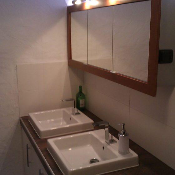 Doppel-Waschtisch-Lösung mit eckigen Aufsatzbecken und großem Spiegelschrank für Familienbad