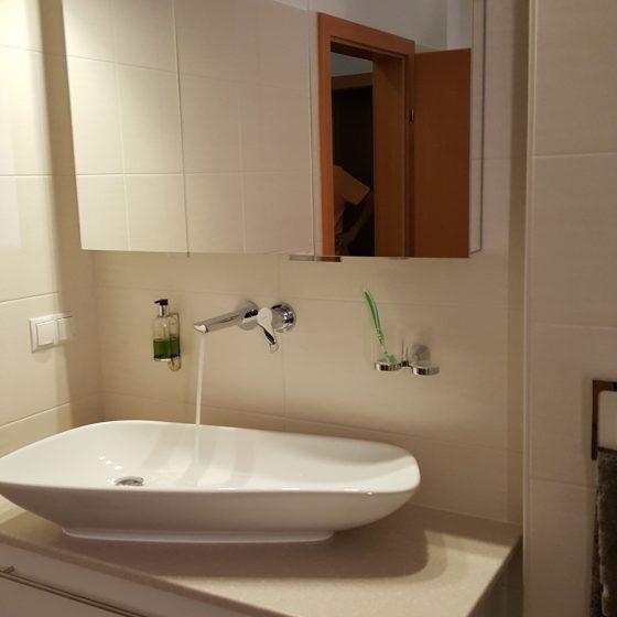 organisch geformtes Aufsatz-Waschbecken von Palomba mit edler schlichter Wand-Armatur