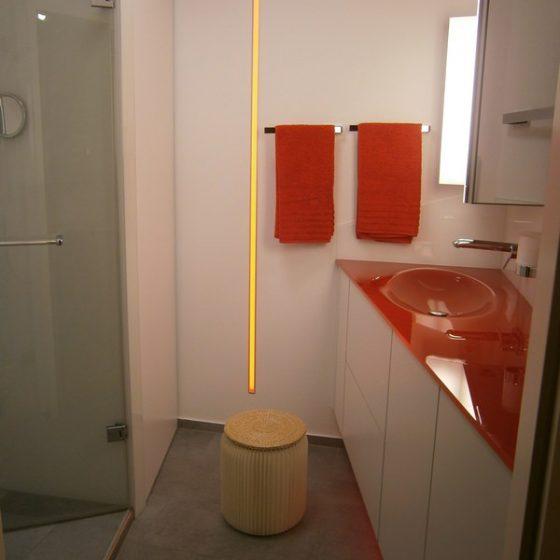 Gesamtansicht des Bads mit LED-Lichtstreifen als Hingucker