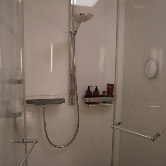 Dusche Doppeltuer-Einstieg Brausethermostat eckiger Duschkorb Rasierspiegel Fußstuetze