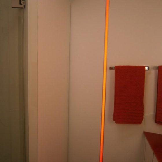 in der Wand senkrecht eingelassener LED-Lichtstreifen als Akzent