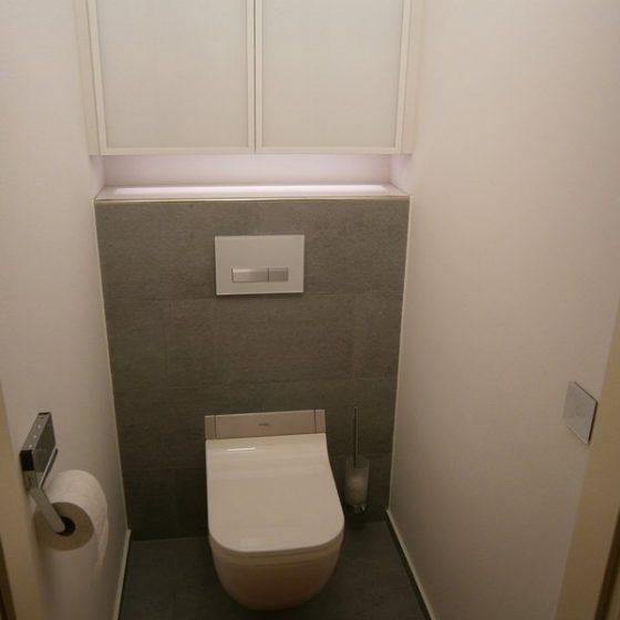 WC mit Dusch-WC von Duravit und Glasschrank mit Beleuchtung