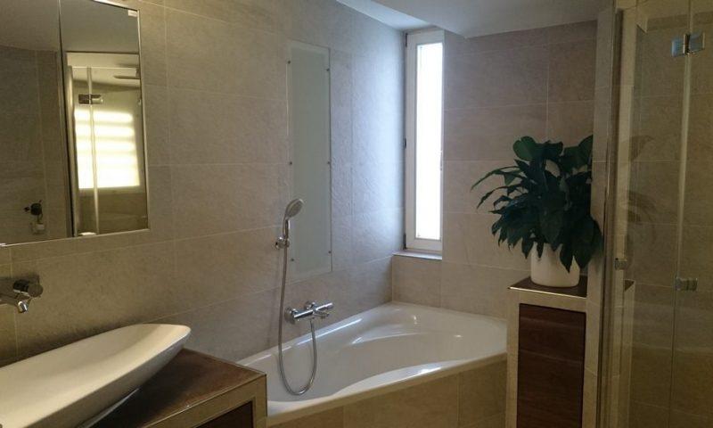 grosszuegiges Bad mit Waschtische Eckwanne Dusche WC Waschmaschine