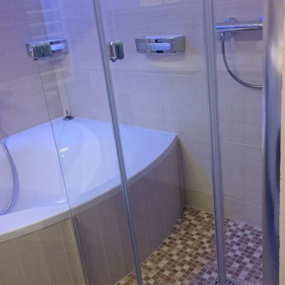 Dusche mit Artweger Falttuer mit 360 Grad Scharnier in alle Richtungen schwenkbar