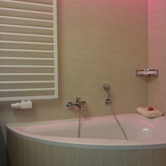 asymmetrische Eck-Badewanne mit Handtuch-Heizkoerper