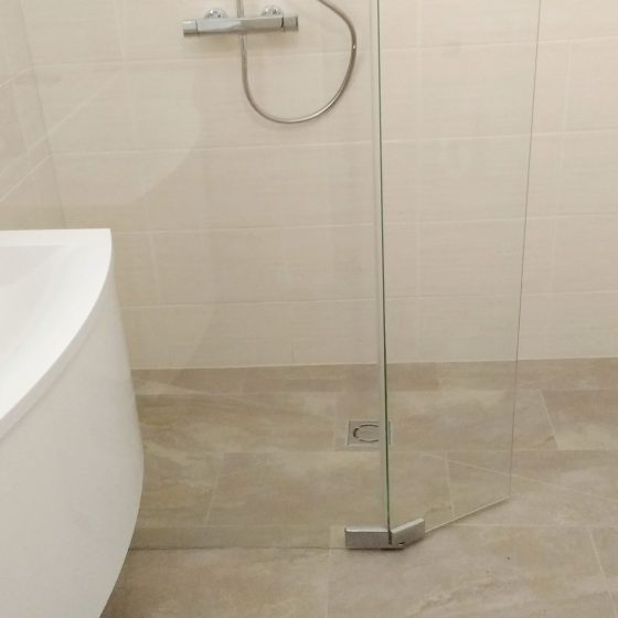 bodenenbe Dusche mit grauer Verfliesung