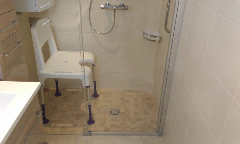 bodenebene Dusche mit Schiebetür und Duschsessel