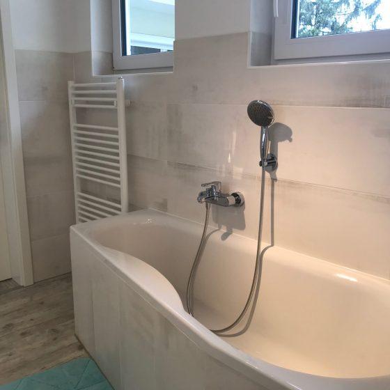 asymmetrische Badewanne, die am Fussende schmäler wird für mehr Platz im Bad