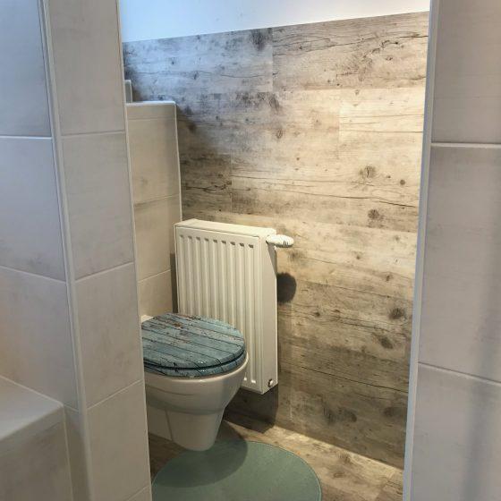 WC und Waschmaschine sind hinter der Trennwand versteckt