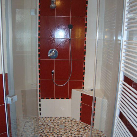 Dusche mit Pendeltueren und gemauertem Eck-Sitzplatz