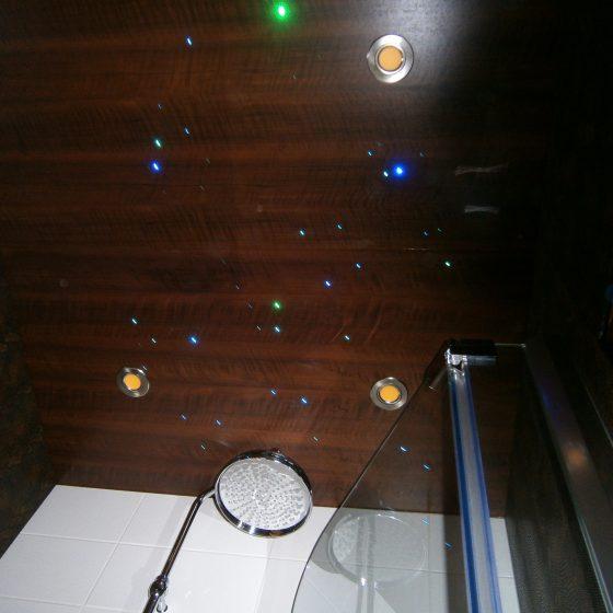 Deckenbeleuchtung im Bad mit diversen farbigen Spots
