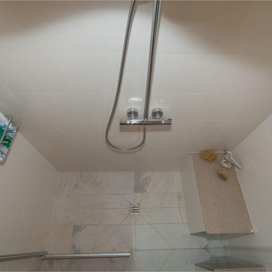 geflieste Dusche Duschsitz Corian pflegeleicht Thermostatarmatur