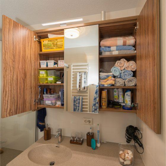 zweifluegeliger Spiegelschrank Holz viel Stauraum