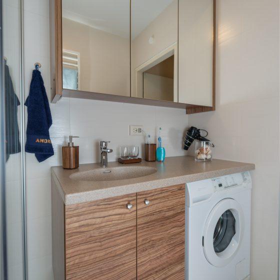 großer Waschtisch Ablageflaeche Waschmaschinenunterbau Corianplatte Spiegelschrank