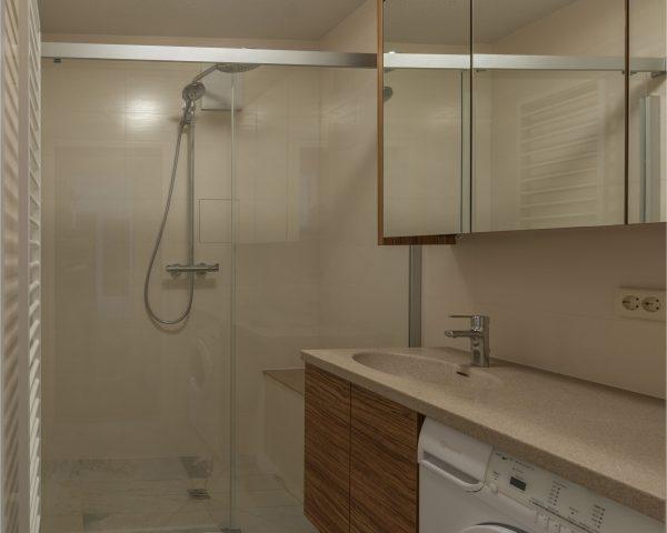 Das Fifty Plus Bad Dusche statt Wanne breiter Einstieg Echtglastuer Schiebetuer Schwalleiste