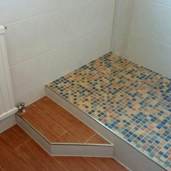 Auftrittssockel für den bequemen Einstieg in die Dusche