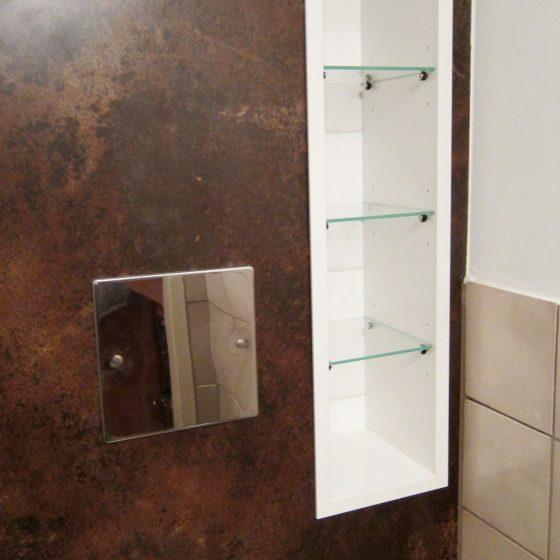 in die mit Artweger Wallplatten gestaltete Rueckwand sind weisse Glasregale eingelassen als Blickfang und Abstellmoeglichkeit