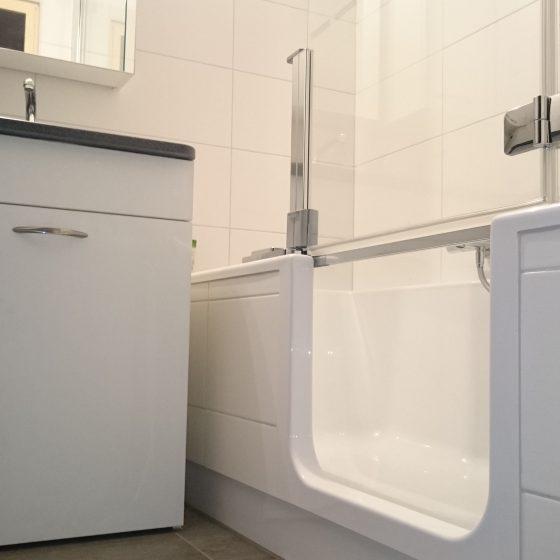 Artweger Twinline mit bequemen Einstieg in die Wanne und Dusch-Glastuer