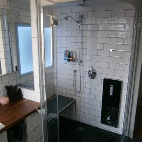 die nach aussen geoeffneten Pendeltueren bieten einen bequemen Einstieg in die Dusche Riedel-Bad mit Dampfdusche und Pendeltüren