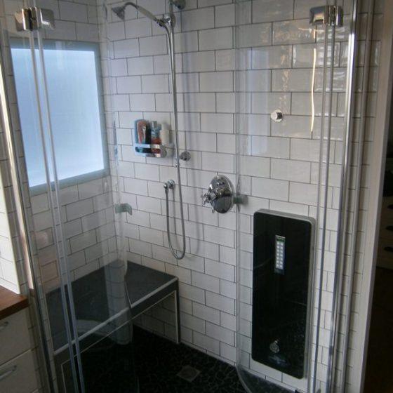 die nach innen geoeffneten Pendeltueren koennen abtropfen ohne das Bad nass zu machen