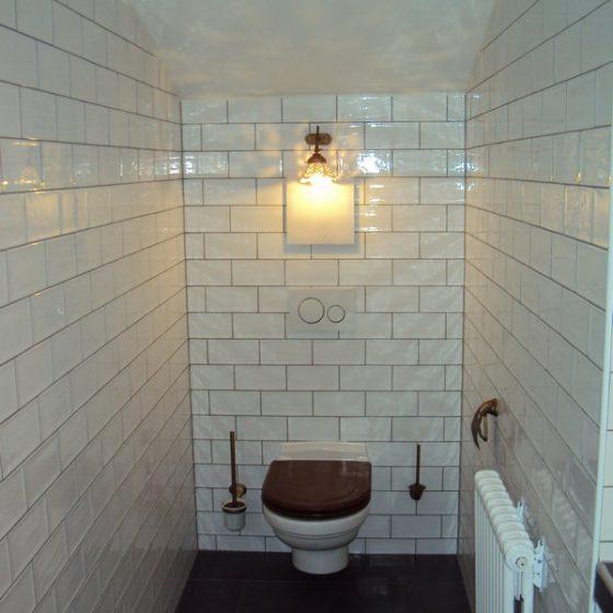 WC mit Holzdeckel und bronzierten WC-Accessoires