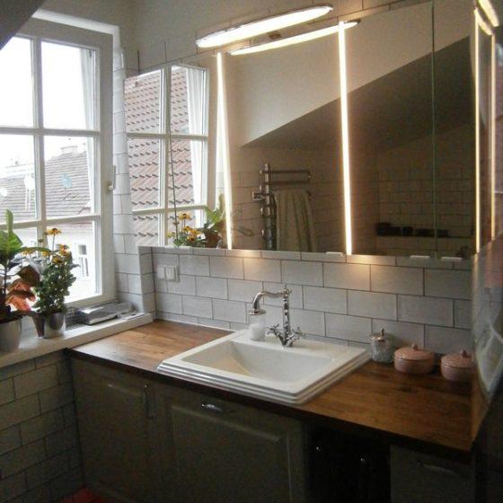 grosszuegige Waschtischanlage mit viel Stellflaeche und gut beleuchtetem Spiegelschrank