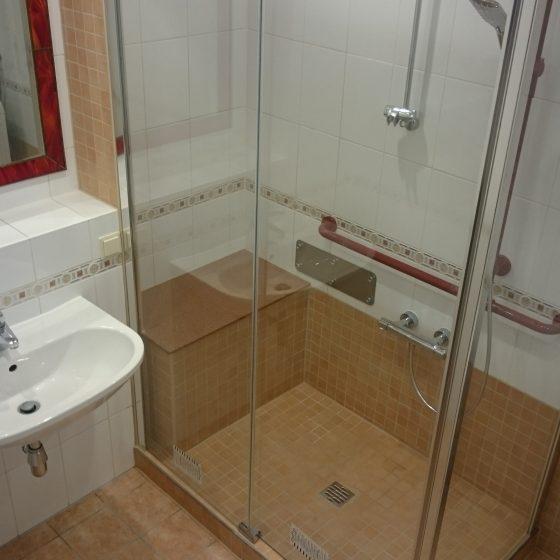 bequeme Sitzbank in bodenebener Dusche mit Schiebetür-Duschverkleidung