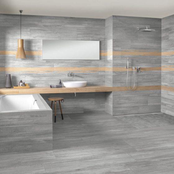 Neuheiten und Trends: Bad in Betonoptik mit horizontalen Holzoptik-Streifen