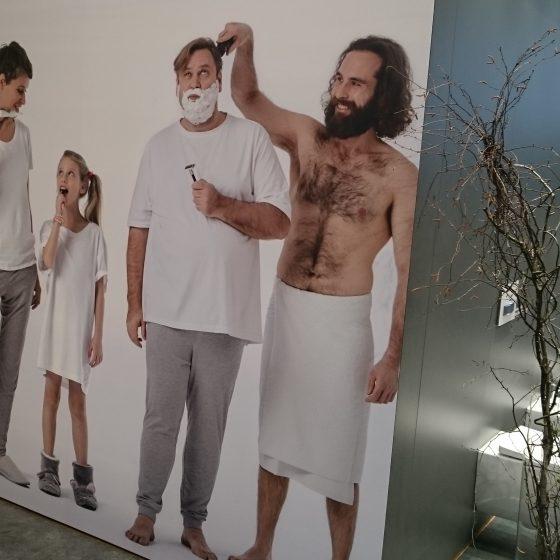 ISH Plakat am Stand eines Badmoebelherstellers