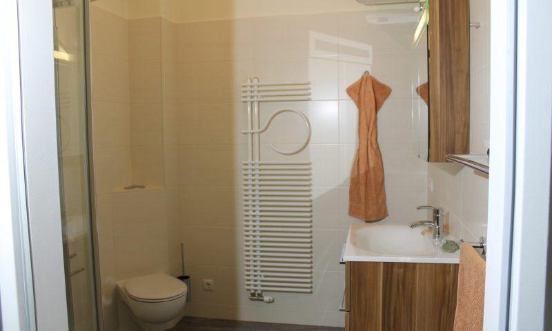 Waschtisch mit Unterschrank Karin von Burgbad sowie dem dazu passenden Spiegelschrank Eck-WC Roehrenheizkoerper
