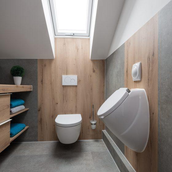 Resopal Wandpanneel Renovierung Sanierung Holzoptik warmer Farbton Haenge-WC