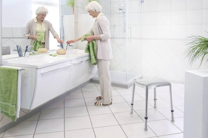 stabiler aber leichter Duschhocker mit höhenverstellbaren Füßen rutschfeste Einlagen für Wanne und Dusche