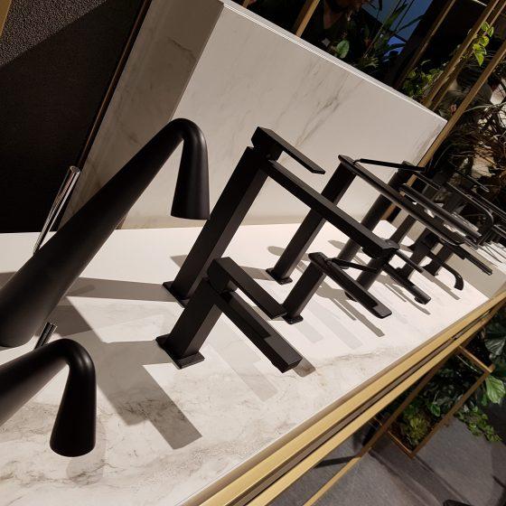 matt-schwarze Armaturen in unterschiedlicher Höhe und Design-Sprache