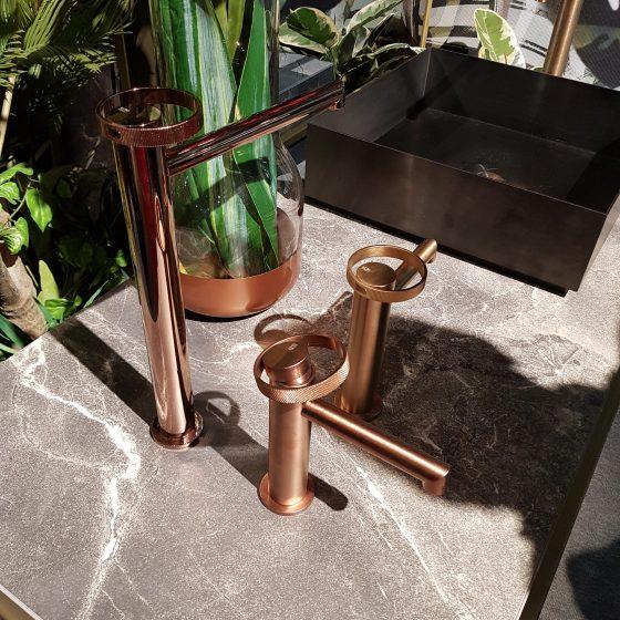 Armaturen mit gebürsteter und geriffelter Oberfläche und Metallrädern als Design-Element