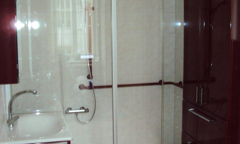 Fifty Plus-Bad mit großem Duschbereich, breitem Einstieg und Haltestangen in der Dusche