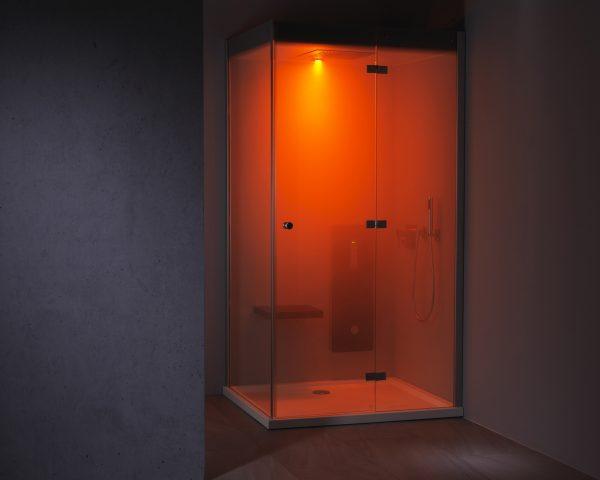 Wellness für Zuhause Dampfbad in Betrieb mit rotem Farblicht