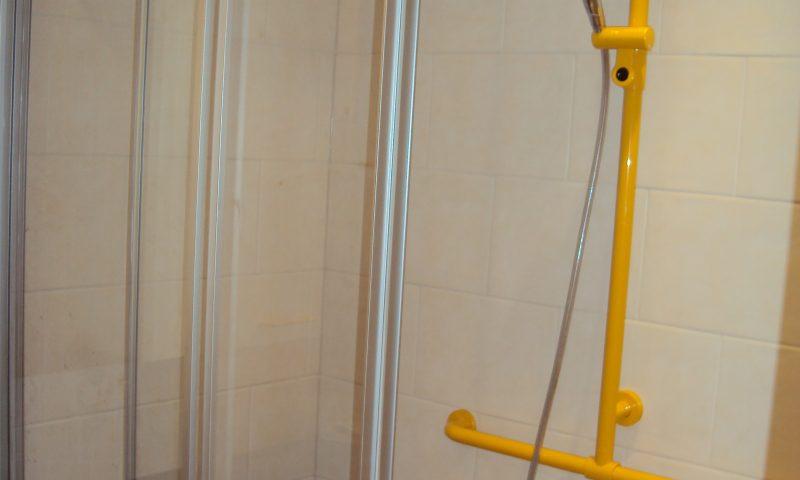 Hewi Dusch-Haltegriffe in Signalfarbe Gelb nachträglich montierter Stützklapp-Griff