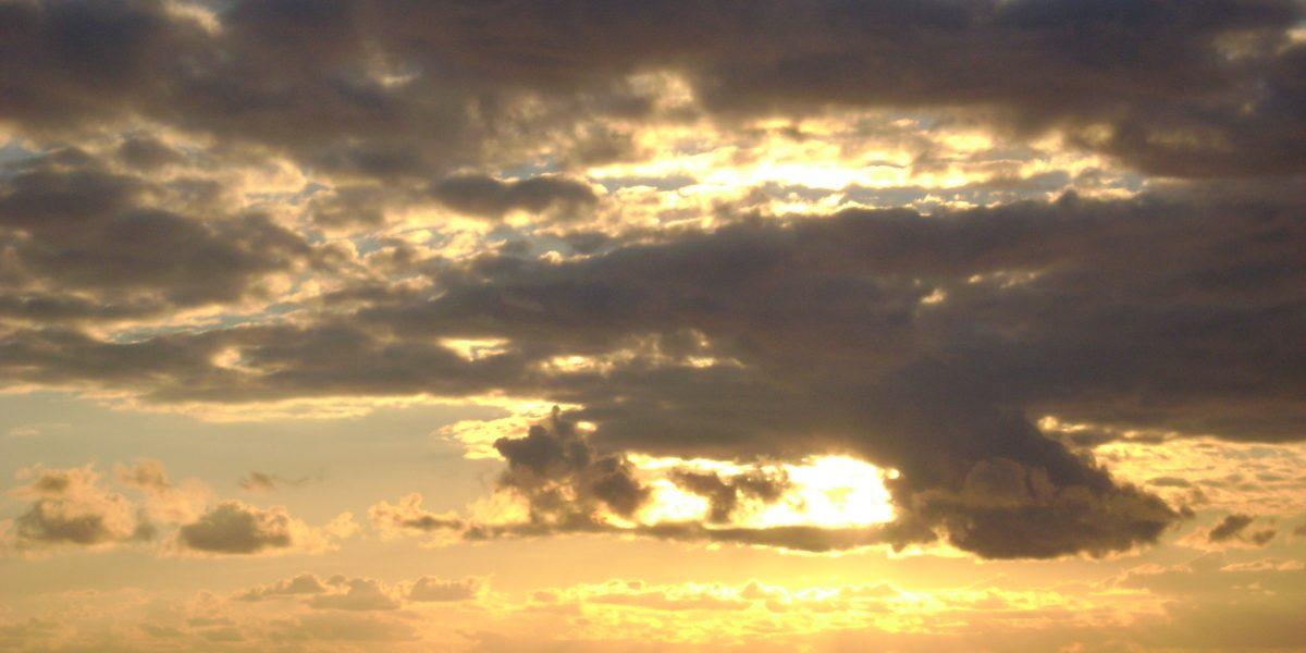 abendlicher Wolkenhimmel bei Sonnenuntergang