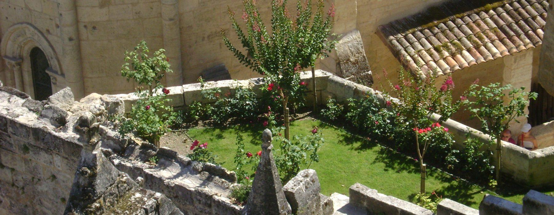 idyllischer Terrassen-Garten mitten in alten Steinmauern