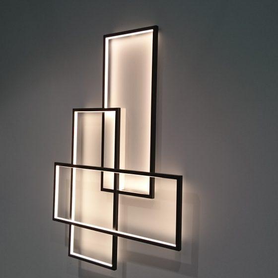Wand-Beleuchtung in Form von beleuchteten schwarzen Rahmen