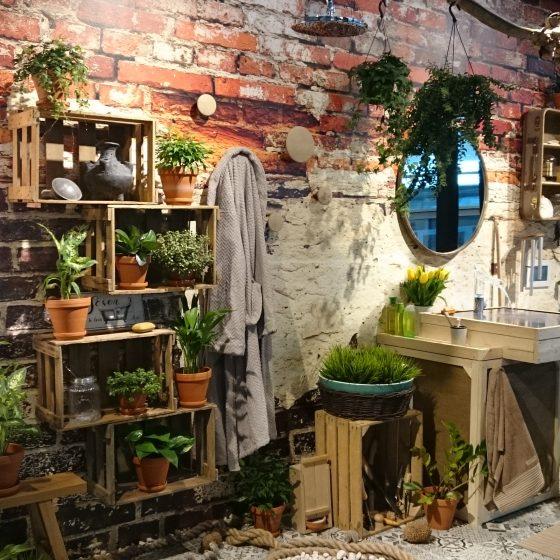 Badentwurf für einen Naturliebhaber mit Grünpflanzen, Möbel aus recycleten Kisten