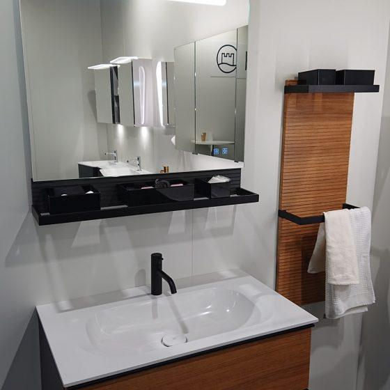 Waschtischlösung mit Unterschrank, Leuchtspiegel und Handtuchablageelement in Holz-Schwarz-Kombination