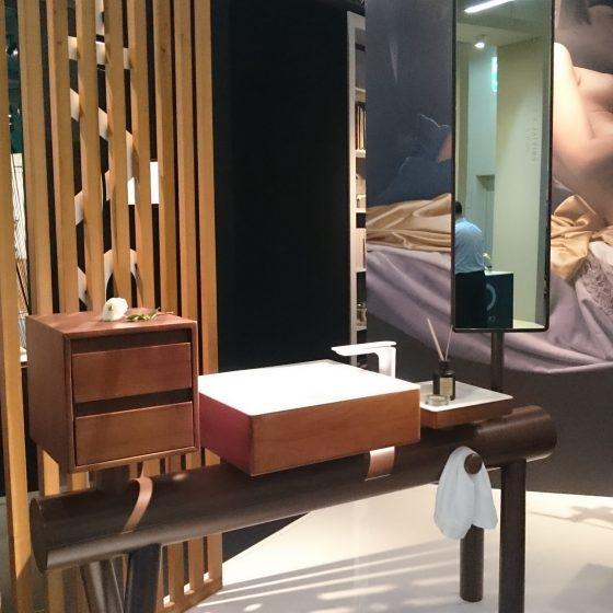 Waschtisch-Ensemble auf Turngerät montiert