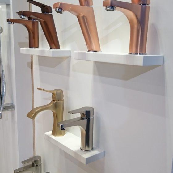 Waschtisch-Armaturen in verschiedenen Metalltoenen wie Gold, Rosé, Bronze