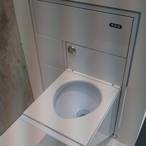 Modell einer ausklappbaren Toilette