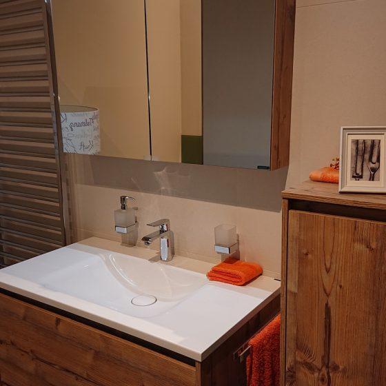 Badmöbel in Holzoptik mit Accessoiresakzenten in Orange