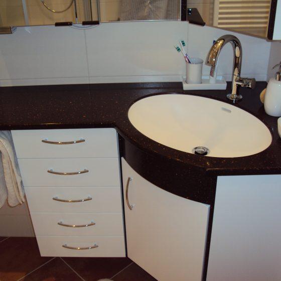 Eck-Waschtisch-Losung mit Einbaubecken aus strapazfähigem Kunststein und ebensolcher Kunststein-Platte