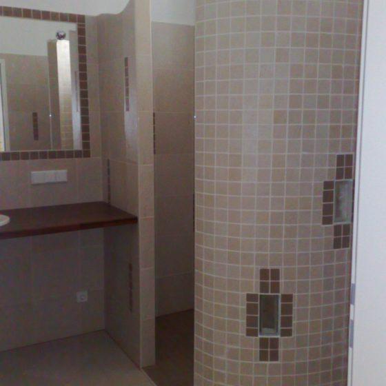gemauerte Walk-in-Dusche mit Mosaikverfliesung und Glasbausteinen für Lichteffekte