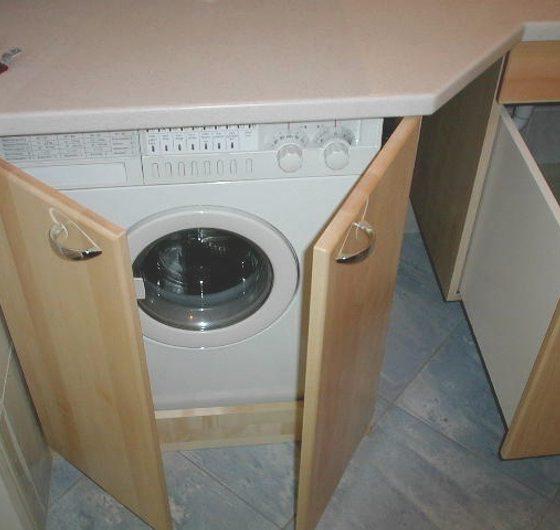Waschmaschine hinter Doppeltür versteckt